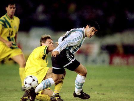 Maradona (áo trắng xanh) trong trận play-off với Australia. Ảnh: R7Esporte.