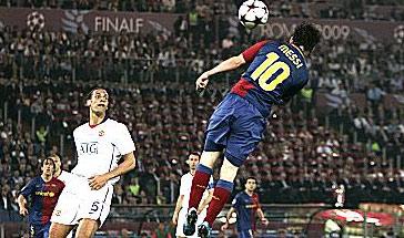 Messi với pha làm bàn đáng nhớ vào lưới MU.