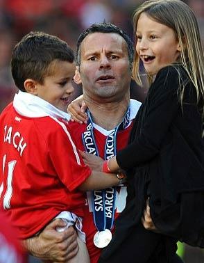 Giggs và hai con trong ngày vui của MU cuối tuần trước.
