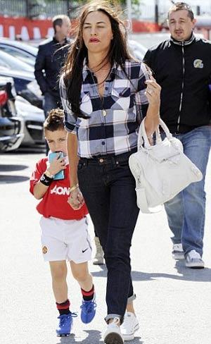 Stacy - vợ Giggs - trên đường đến sân Old Trafford tuần trước.