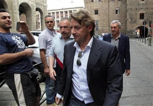 Signori (đeo kính ở ngực) tại trụ sở cảnh sát Bologna hôm qua.
