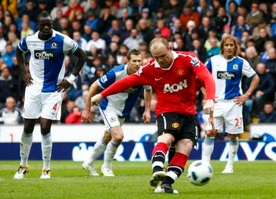 Rooney sút phạt đền trong trận gặp Blackburn.