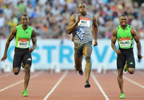 Bolt vẫn khởi đầu không tốt và chỉ chiến thắng nhờ cú nước rút kinh hoàng ở chặng cuối. Ảnh: AFP.