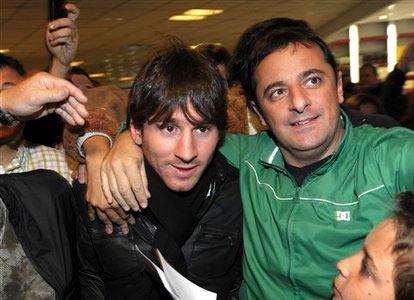 Messi trong vòng tay người hâm mộ quê nhà, tại sân bay Buenos Aires hôm 31/5.