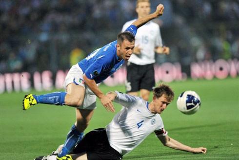 Cassano (áo xanh) và tuyển Italy đang tiến rất gần tới thời điểm đoạt vé vào thẳng vòng chung kết Euro 2012. Ảnh: AFP.