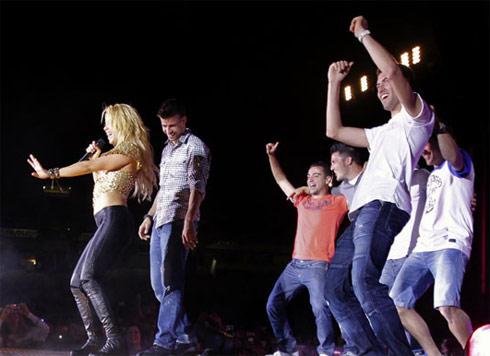 Shakira trình diễn mẫu điệu múa bụng cho các cầu thủ Barca.