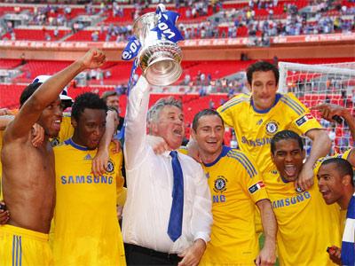 Hiddink (áo trắng) là cái tên được chờ đợi nhất ở Chelsea.
