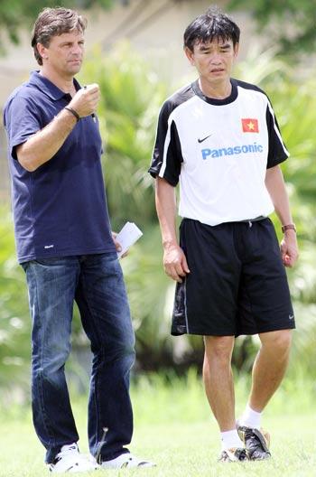 Tân HLV trưởng Goetz và trợ lý Phan Thanh Hùng. Ảnh: K.N.