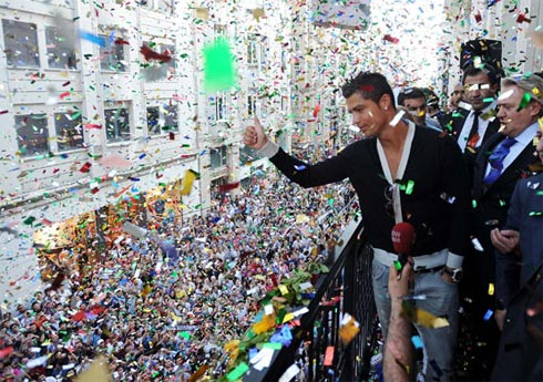 Ronaldo chào người hâm mộ từ trên cao. Ảnh: Todayszaman.