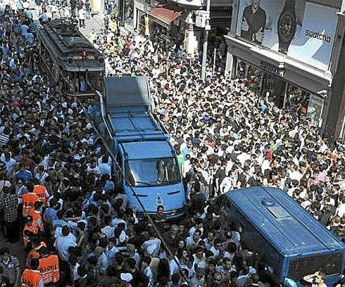 Cảnh ùn tắc trên phố Istiklal khi Ronaldo xuất hiện.