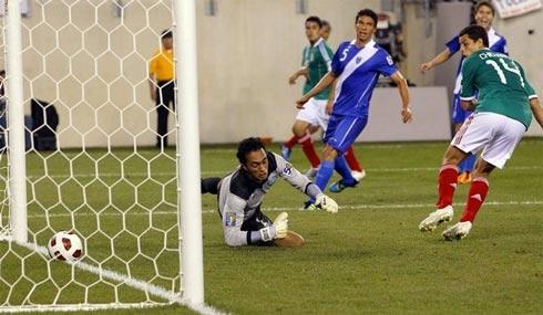 Chicharito (áo xanh lá cây bên phải) thuộc mẫu tiền đạo không mạnh về kỹ thuật, nhưng rất giỏi chớp thời cơ giống Inzaghi hay Klose.