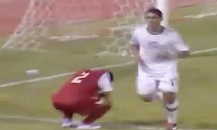 Một cầu thủ U23 Việt Nam (đỏ) thất vọng sau khi nhận bàn thua thứ hai.