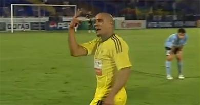 Carlos thể hiện sự bực tức sau khi khán giả quăng chuối về phía anh.