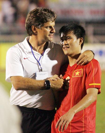 HLV Falko Goetz chia sẻ niềm vui với Công Vinh - tiền đạo lập hat-trick trong chiến thắng 6-0 của Việt Nam trước Macau. Ảnh: An Nhơn.
