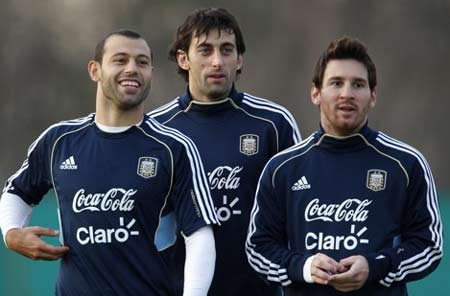 Messi (phải) và các đồng đội trên sân tập.
