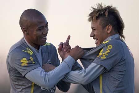 Neymar (phải) là một trong những cầu thủ đáng được chờ xem nhất giải năm nay.