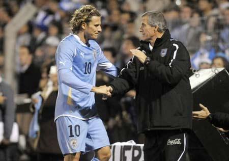 Forlan (trái) là một trong những cầu thủ nổi tiếng nhất của Uruguay hiện nay.