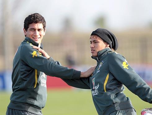 Cặp thần đông của Santos, Ganso (trái) và Neymar, sẽ đóng vai trò rất quan trọng trong cơ cấu vận hành chiến thuật của tuyển Brazil.