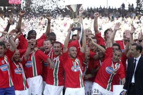 Del Piero (nâng Cup) là thành viên hiếm hoi còn sót lại từ đội hình Juventus đoạt scudetto năm 2006.