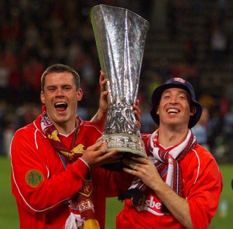 Fowler và bạn đồng lứa Carragher nâng cao chiếc Cup UEFA mà Liverpool đoạt được sau khi thắng Alaves 5-4 trong trận chung kết kịch tính bậc nhất lịch sử giải đấu này.