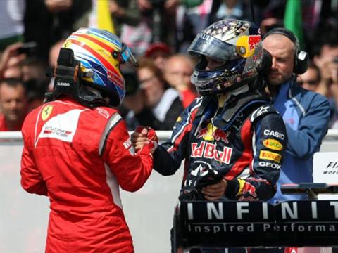 Vettel (phải) không muốn để Ferrari bắt kịp trong những chặng tới.