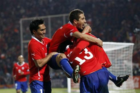 Các cầu thủ Chile vui mừng sau bàn phản lưới nhà của Diaz.