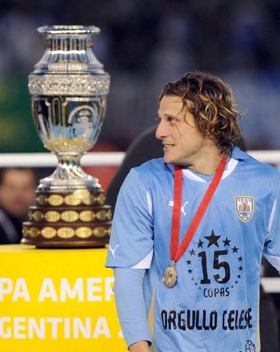 Forlan trong thời khắc chuẩn bị nhận chiếc Cup dành cho nhà vô địch Copa America 2011. Ảnh: AFP.