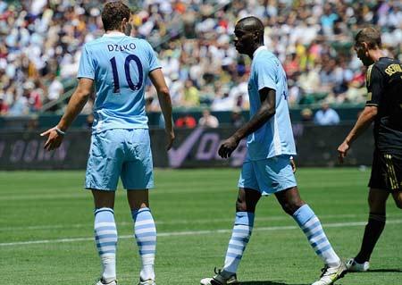 Hành động của Balotelli (giữa) gây khó chịu đối với cả đồng đội.