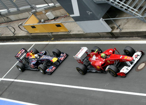 Vettel (trái) chỉ vượt qua được Massa bằng việc rút ngắn thời gian thay lốp.
