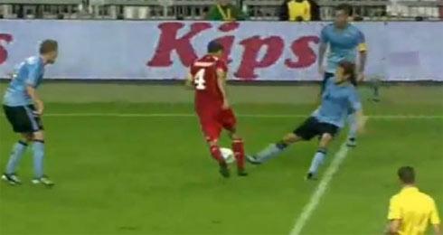 Wisgerhof (áo đỏ) trong tình huốn tránh cú vào bóng của hậu vệ Ajax trước khi ngã lộn nhào.