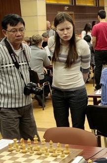 HLV Lâm Minh Châu (bên trái) đang theo dõi học trò thi đấu.