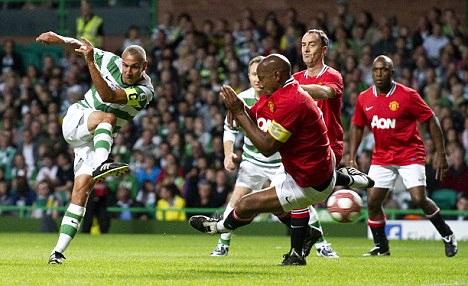 Đã giải nghệ gần hai năm, nhưng Larsson vẫn giữ được sự thanh thoát và nhạy cảm trong từng động tác xử lý bóng, dứt điểm.