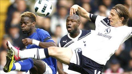 Tottenham (áo trắng) và Everton không thể gặp nhau đúng như lịch trình.