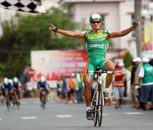 Trịnh Đức Tâm cán đích đầu tiên chặng 1 giải đua xe đạp đồng bằng sông Cửu Long.