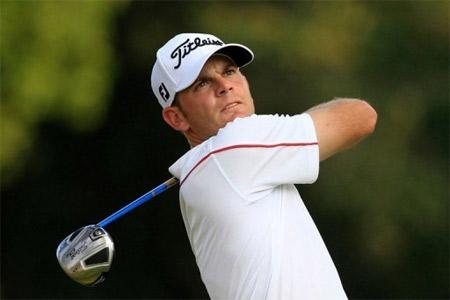 Một trong hai golf thủ đang dẫn đầu Steele.