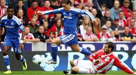 Torres (xanh) đã có một trận đấu khá hay, nhưng anh và các đồng đội không thể có được bàn thắng.
