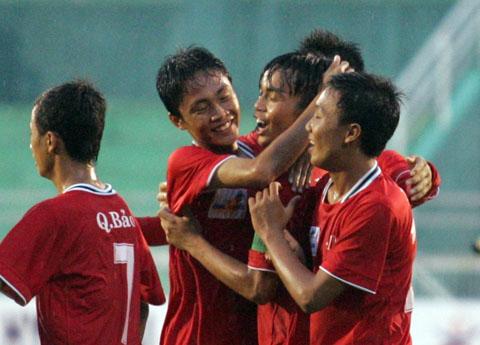 Niềm vui mừng của các cầu thủ Long An khi đánh bại đương kim vô địch Đà Nẵng ở trận bán kết. Ảnh: An Nhơn.