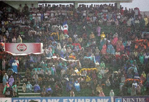 Khán giả Long An dầm mưa đến sân ủng hộ để đội bóng trụ hạng trong trận Hòa Phát. Ảnh: An Nhơn.