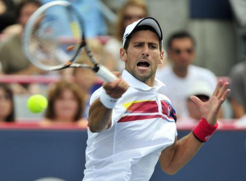 Djokovic đánh trả trong trận chung kết.