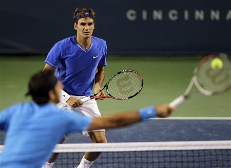 Federer (bên kia lưới) giành chiến thắng khá thuận lợi.