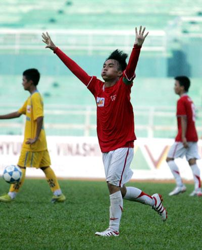 Lập hat-trick trong trận chung kết, Việt Thắng nhận đồng danh hiệu Vua phá lưới với 4 bàn thắng và đoạt luôn danh hiệu cầu thủ hay nhất giải. Ảnh: An Nhơn.