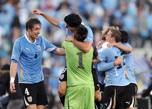 Coates (số 4) là đồng đội thân thiết với Suarez (số 9) ở tuyển Uruguay.