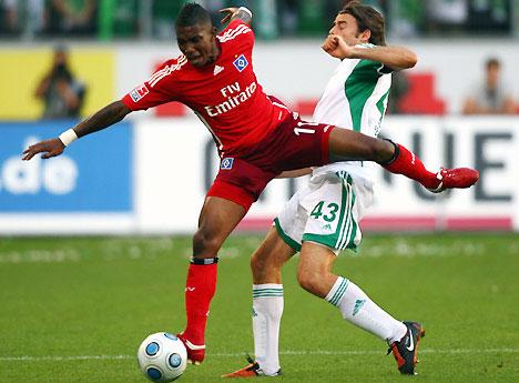 Elia (áo đỏ) là trụ cột của Hamburg suốt hai mùa vừa qua.
