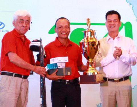 Ban tổ chức trao cup cho các cá nhân đoạt giải và một tỷ đồng cho huyện đảo Trường Sa tối 30/8.