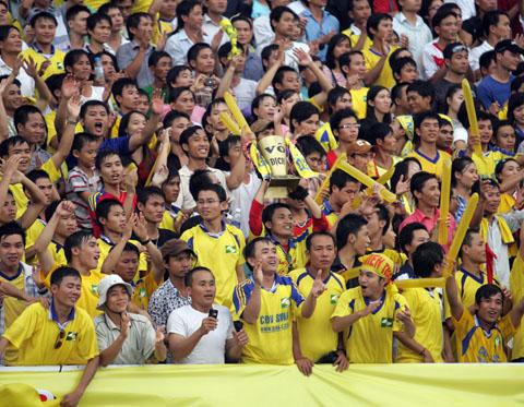 Hội cổ động viên SLNA trong mùa giải V-League 2011.