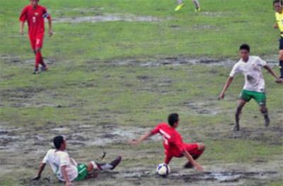 U19 Việt Nam (áo đỏ) tiếp tục chiến thắng trong một trận thủy chiến.