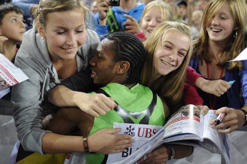 Blake hạnh phúc trong vòng tay của những CĐV nữ xinh đẹp sau chiến thắng ngoạn mục. Ảnh: AFP.