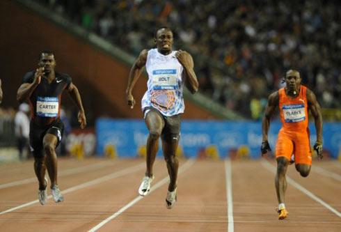 Carter bất lực nhìn Bolt lao đi như một cơn lốc ở nửa cuối quảng đường. Ảnh: AFP.