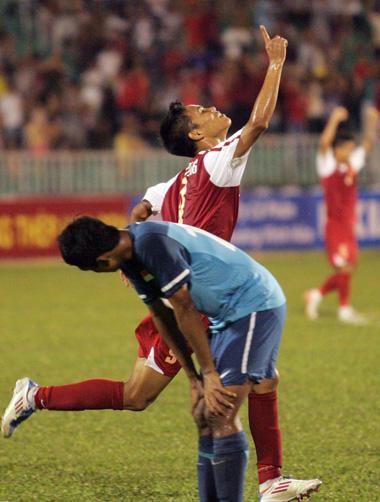 Lê Văn Thắng ăn mừng bàn ấn định tỷ số 2-1. Ảnh: An Nhơn.