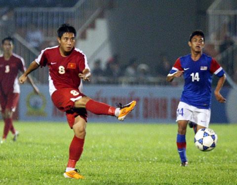 Nhật Nam (áo đỏ) - cầu thủ xuất sắc nhất trận. Ảnh: An Nhơn.